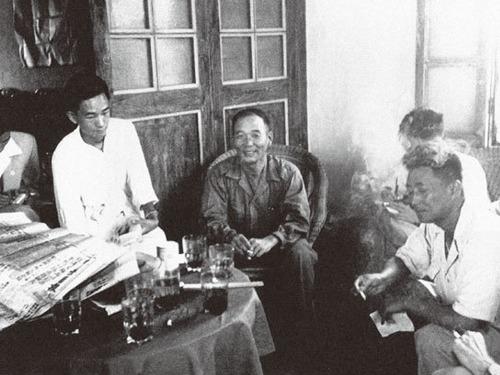 第一:金门战役。1949年10月,第3野战军10兵团28军对金门发起进攻。因战役发起过于仓促,渡船被毁,后援不济,苦战3天后,全部登岛部队共9,086人,除数人渡海逃回外,全部牺牲或被俘,是解放军战史上成建制覆灭的最惨烈之战。此战的失败,使蒋介石在台湾备受鼓舞,中共推迟攻台,随后朝鲜战争爆发,美第7舰队进入台湾海峡,中共失去了解放台湾最好的时机。图为国民党金门战役指挥者金门防卫司令胡琏(中坐者)战后在指挥所接受新闻记者的采访(来源:维基百科公有领域)