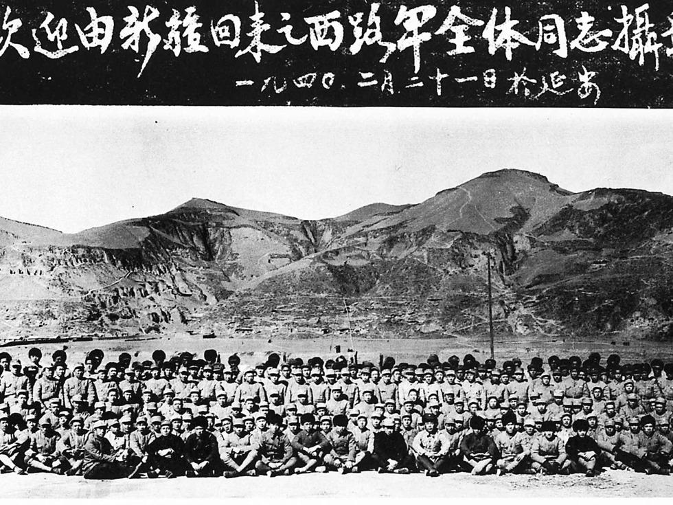 第二:西路军。1936年末,红四方面军主力两万多人,约占当时红军的五分之二,为执行宁夏战役计划渡过黄河西征,组成西路军。在几个月的转战中,遭优势的马家军围攻,最后全军覆灭。全军2万1千余人中,1万余人战死,6千余人被俘,余下大部逃散,最后抵达新疆的仅4百余人。图为在李先念率领下突围到新疆的西路军回到延安后,于1940年2月21日在延安的合影(来源:维基百科公有领域)