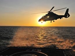 首批中国公民乘解放军战舰撤离也门