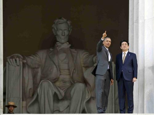 奥巴马安倍林肯面前指点江山
