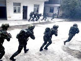 使馆遇袭中国武警紧握钢枪
