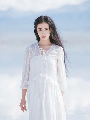 张辛苑白裙飘飘清新灵动