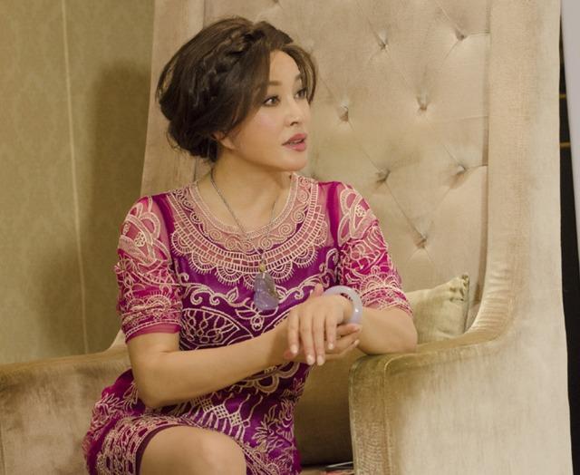 刘晓庆红裙腿细臀翘身姿婀娜