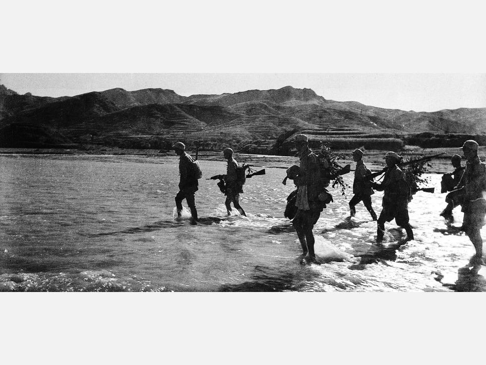 """第十:南麻战役。国共内战爆发后,出于对山东战场的重视,国民党五大主力之三整编74师、整编11师、第5军都投入该战区。1947年6月,为配合刘邓进军大别山、打破对山东的重点进攻,受孟良崮战役歼灭整74师鼓舞,华东解放军准备集中主力""""用六、七个月时间(5月起)六、七万人伤亡,各个歼灭该线之敌""""。作为实现这一战略的一部分,7月发生的南麻、临朐战役,目标直指胡琏整编11师。华野集中5个纵队将整11师合围于南麻,由于胡琏准备充足,外围国民党军一反孟良崮的出工不出力,连续进攻数天,未能攻克两地,在伤亡1万多人后,21日华野撤出战斗。从伤亡来说双方几乎为1比1,难说失败,从战略上说配合刘邓目的达到。但围歼整11师的目标并未实现,给了受孟良崮鼓舞的中共当头一棒。图为华东野战军某部跨越沂河,投入南麻、临朐战役(图源:VCG)"""