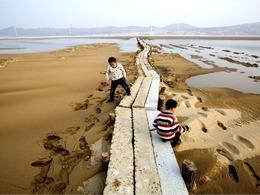 中国最长的湖中石桥露真容[图集]
