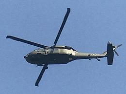 解放军黑鹰直升机低空飞掠深圳居民区