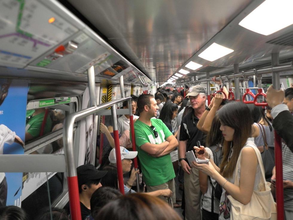 截至2016年底,整个综合铁路系统全长264公里,由观塘线、荃湾线、港岛线、南港岛线、东涌线、将军澳线、东铁线、西铁线、马鞍山线、迪士尼线、机场快线及轻铁各线共154个车站组成。准时,便捷的香港地铁,给人们带来生活的方便,缩短了城区间的距离。(图源:VCG)