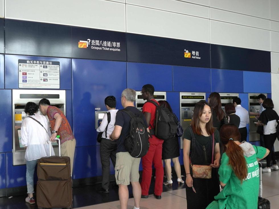 例如港铁荃湾线和观塘线之间的换乘可以在油麻地、旺角、太子3站实现。乘客不需经过楼梯、电动扶梯或电梯走到另一个平台转线,节省了车站内的转乘时间、提高通勤效率。图为2017年5月18日,人们乘坐地铁出行。(图源:VCG)