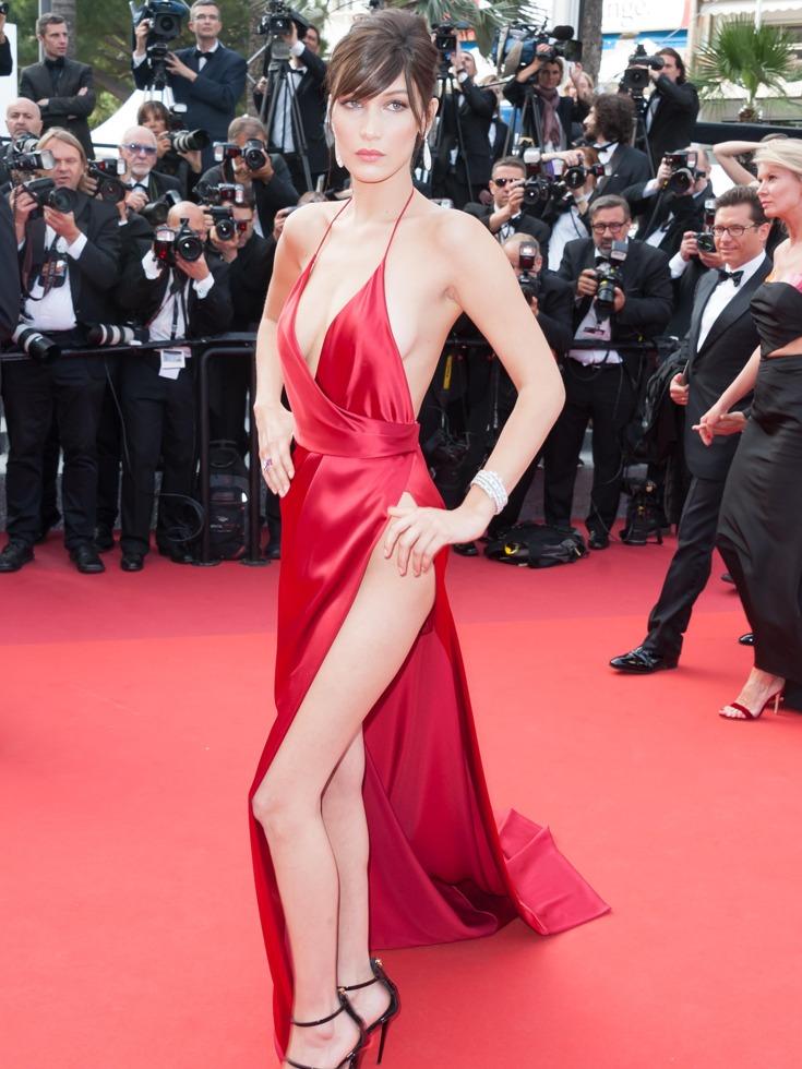 第69届戛纳电影节红毯上,超模贝拉·哈迪德身着低V高叉裙现身,疑似真空上阵不见底裤,狂野大胆。(图源:VCG)