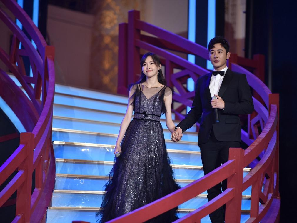 中国新婚明星夫妇合体撒糖 台下低头微露事业线很娇羞[图集]