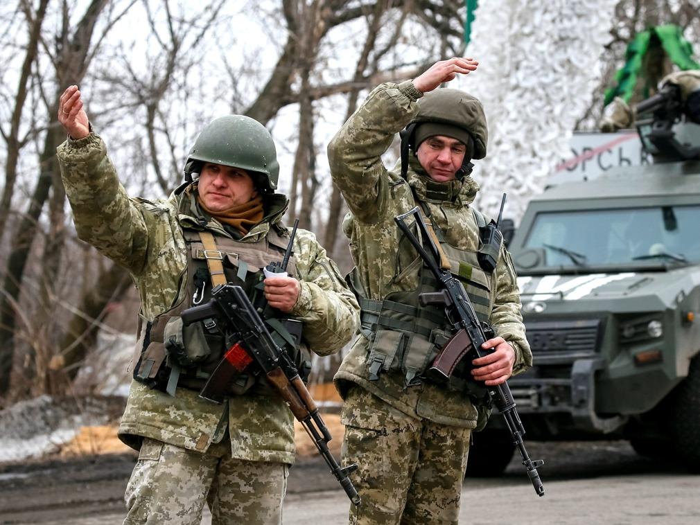 乌克兰东部冲突地区民众真实生活 银行边境线送钱[图集]