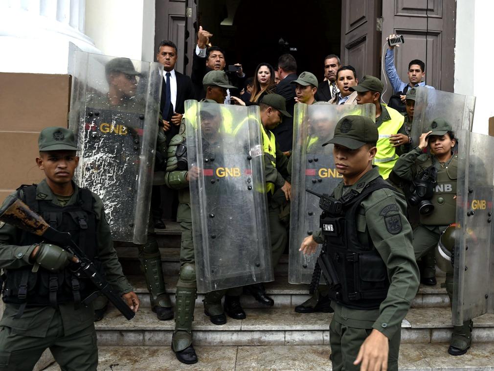 瓜伊多被控参与贪腐阴谋 军方试图封锁国会大楼[图集]
