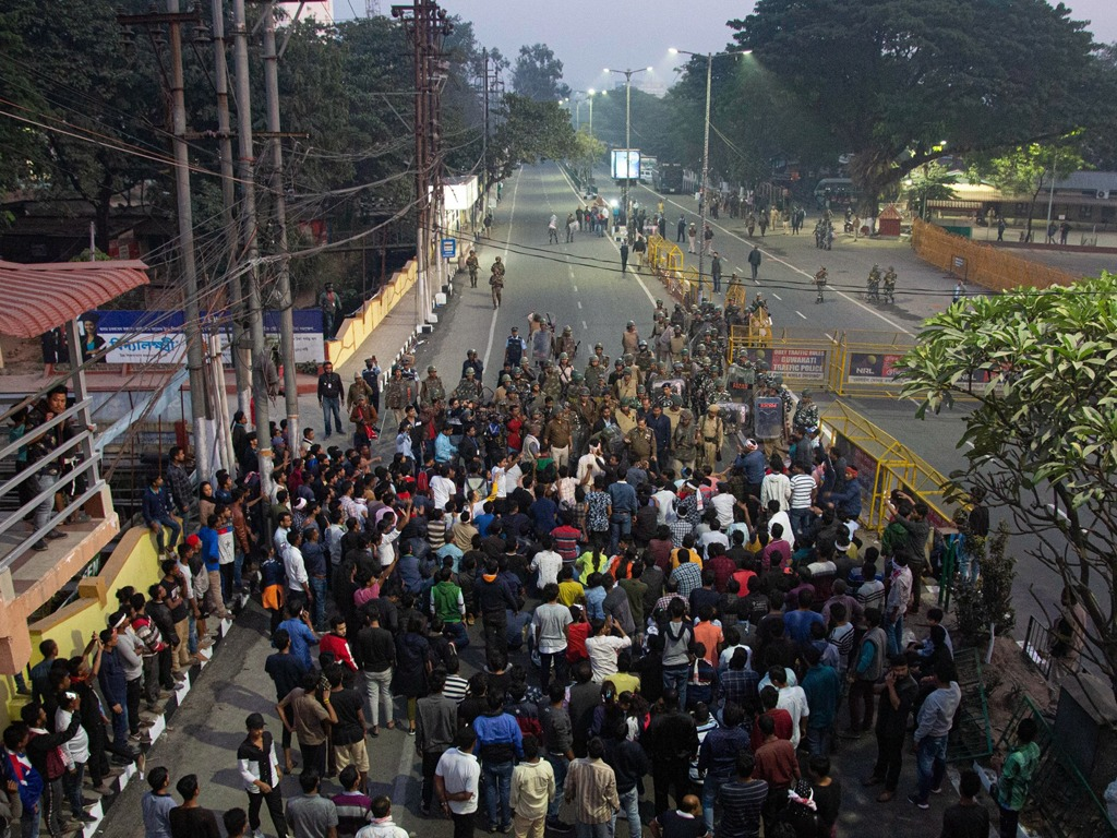 印度公民法修正引暴力示威 军警出动高压水枪镇压[图集]