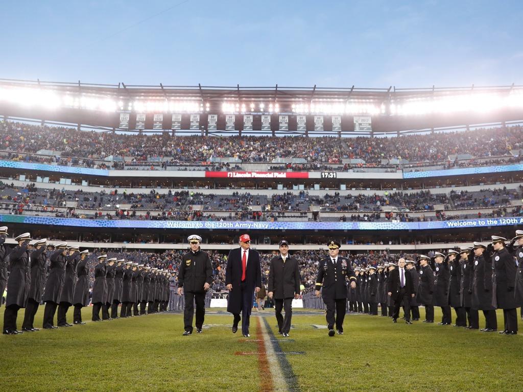 美众院通过弹劾法案后 特朗普现身海陆军橄榄球赛[图集]